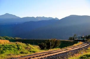 小海線の普通列車と甲斐駒ケ岳の写真素材 [FYI04021895]