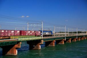 浜名湖を渡るEF210牽引貨物列車の写真素材 [FYI04021898]