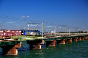 浜名湖を渡るEF210牽引貨物列車の写真素材 [FYI04021899]