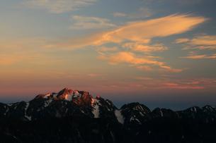 朝焼けの剣岳と雲の写真素材 [FYI04022022]