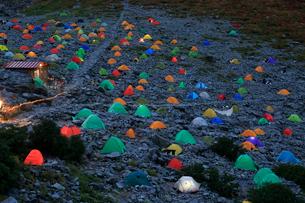 涸沢のテント場夕景の写真素材 [FYI04022117]