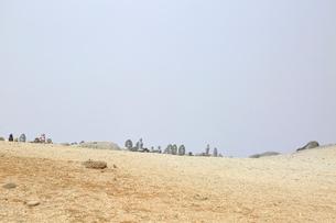 霧につつまれる地蔵岳賽の河原の写真素材 [FYI04022225]