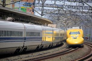浜松駅を通過するドクターイエローの写真素材 [FYI04022456]