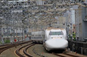 浜松駅を通過する新幹線の写真素材 [FYI04022463]