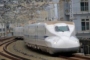 浜松駅を通過する新幹線の写真素材 [FYI04022470]