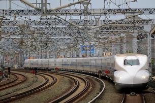浜松駅を通過する新幹線の写真素材 [FYI04022471]