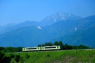 小海線と甲斐駒ケ岳の写真素材 [FYI04022472]