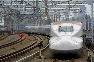 浜松駅を通過する新幹線の写真素材 [FYI04022500]