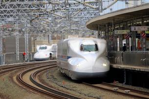 浜松駅を通過する新幹線の写真素材 [FYI04022502]