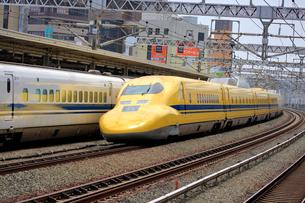 浜松駅を通過するドクターイエローの写真素材 [FYI04022503]