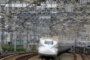 浜松駅を通過する新幹線の写真素材 [FYI04022505]