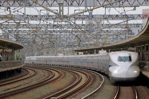 浜松駅を通過する新幹線の写真素材 [FYI04022510]