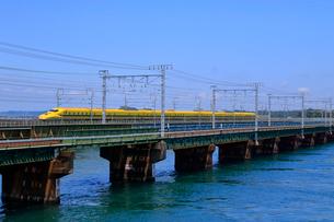 浜名湖を通過するドクターイエローの写真素材 [FYI04022512]