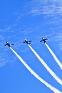 ブルーインパルスのアクロバット飛行の写真素材 [FYI04022522]