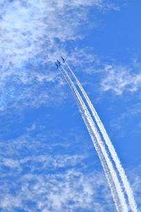 ブルーインパルスのアクロバット飛行の写真素材 [FYI04022523]