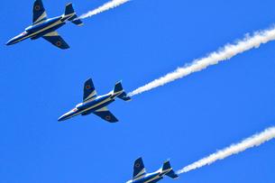 ブルーインパルスのアクロバット飛行の写真素材 [FYI04022524]