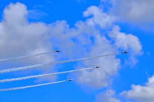 ブルーインパルスのアクロバット飛行の写真素材 [FYI04022526]