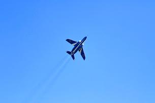 ブルーインパルスのアクロバット飛行の写真素材 [FYI04022533]