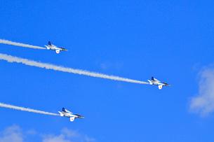 ブルーインパルスのアクロバット飛行の写真素材 [FYI04022535]