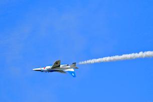 ブルーインパルスのアクロバット飛行の写真素材 [FYI04022536]