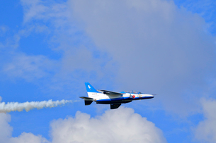 ブルーインパルスのアクロバット飛行の写真素材 [FYI04022537]