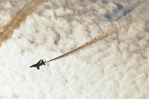 ブルーインパルスのアクロバット飛行の写真素材 [FYI04022538]