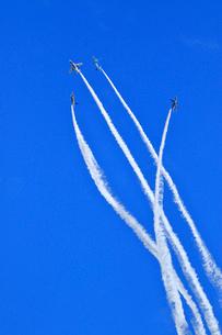 ブルーインパルスのアクロバット飛行の写真素材 [FYI04022543]