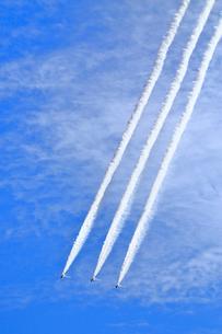 ブルーインパルスのアクロバット飛行の写真素材 [FYI04022544]