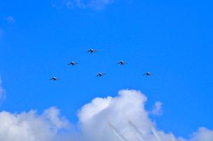 ブルーインパルスのアクロバット飛行の写真素材 [FYI04022545]