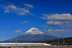 新幹線と富士山の写真素材 [FYI04022552]