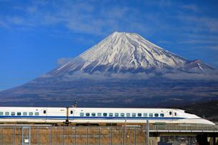 新幹線と富士山の写真素材 [FYI04022554]