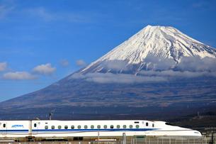 新幹線と富士山の写真素材 [FYI04022555]