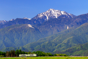 小海線と甲斐駒ケ岳の写真素材 [FYI04022691]