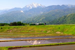 小海線リゾートビュー八ヶ岳と甲斐駒ケ岳の写真素材 [FYI04022694]