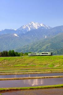 小海線と甲斐駒ケ岳の写真素材 [FYI04022699]