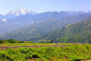 小海線と甲斐駒ケ岳の写真素材 [FYI04022702]