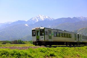 小海線と甲斐駒ケ岳の写真素材 [FYI04022704]