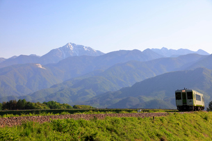 小海線と甲斐駒ケ岳の写真素材 [FYI04022708]