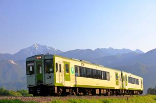 小海線と甲斐駒ケ岳の写真素材 [FYI04022710]