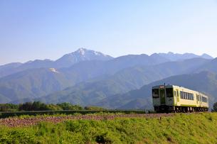 小海線と甲斐駒ケ岳の写真素材 [FYI04022712]