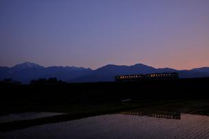 甲斐駒ケ岳と小海線夕景の写真素材 [FYI04022713]