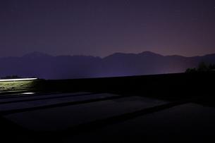小海線の列車の光跡と南アルプスの写真素材 [FYI04022714]