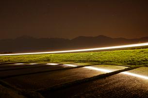 小海線の列車の光跡と甲斐駒ケ岳の写真素材 [FYI04022716]