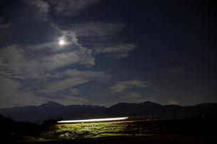 小海線の列車の光跡と星空の写真素材 [FYI04022720]