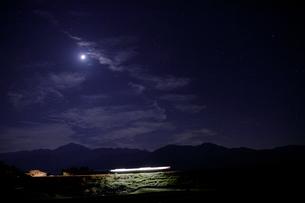 小海線の列車の光跡と星空の写真素材 [FYI04022721]