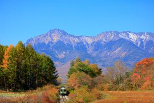 秋の小海線と八ヶ岳の写真素材 [FYI04022724]