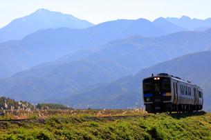 JR小海線ハイブリッド列車と甲斐駒ケ岳の写真素材 [FYI04022727]