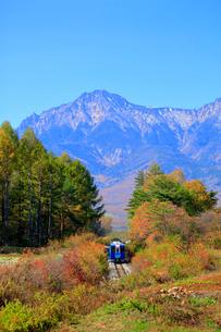 秋の小海線と八ヶ岳の写真素材 [FYI04022729]