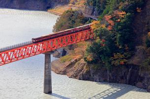 大井川鉄道井川線の列車の写真素材 [FYI04022846]