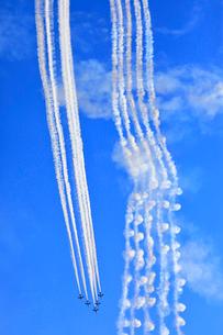ブルーインパルスのアクロバット飛行の写真素材 [FYI04022935]